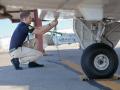 Beim Outside Check vor jedem Flug werden die Halteleinen gelöst …