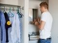 Kleiderschrank und Waschbecken in Martins Zimmer  im Wohngebäude.