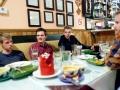 Gemeinsames Abendessen im Restaurant nach einem anstregenden Flugtag.